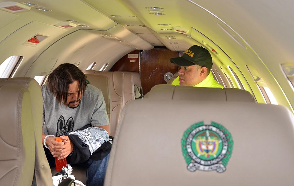 """En un avión de la Policía, Juan Carlos Mesa Vallejo (alias """"Tom"""" o """"Carlos Chata"""") fue trasladado a Bogotá. Foto cortesía de la Policía."""
