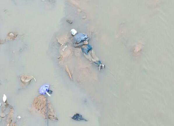 El cadáver maniatado, hallado en el río Medellín a la altura del barrio Palermo. Foto de cortesía.
