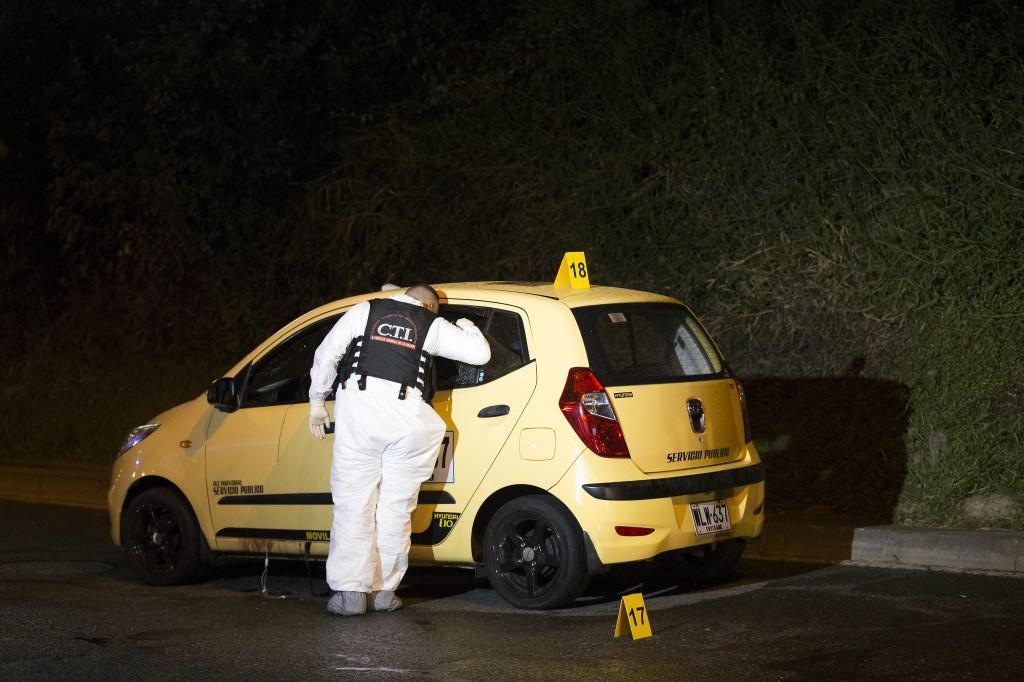 """Escena del crimen del pasado 5 de marzo, cuando la banda """"el Mesa"""", según la Policía, mató a dos personas en la Vía Las Palmas. Foto de Santiago Mesa."""