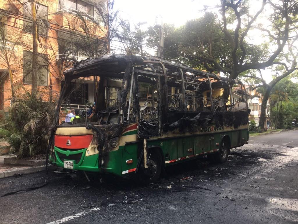 Así quedó el bus de la empresa Coonatra, en una calle del barrio Calasanz. Foto cortesía de Guardianes Antioquia.