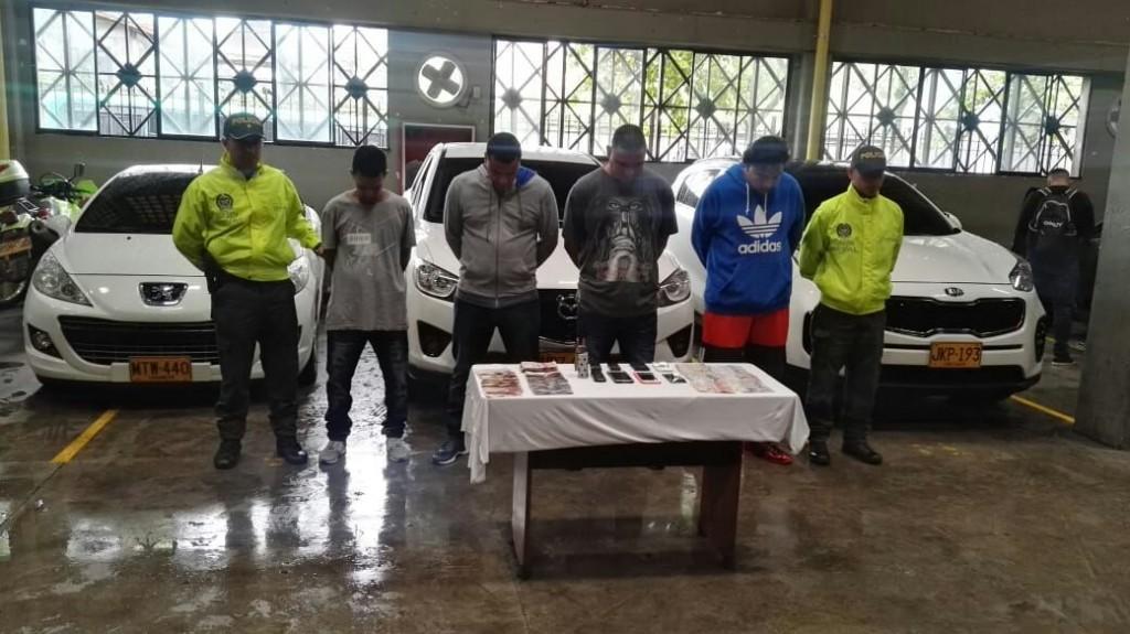 """Estos son los cuatro capturados de la banda """"Pachelly"""", con los vehículos y el dinero incautados. Foto de cortesía."""