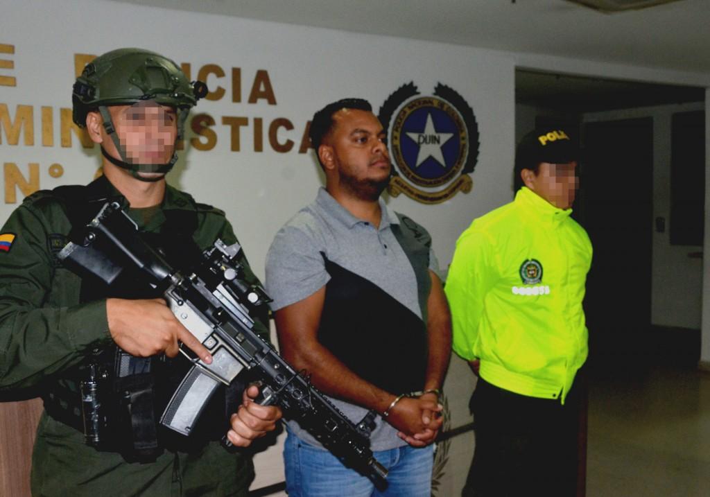 """Cristian Camilo Mazo (""""Sombra"""") fue capturado cuando departía con otras personas en una cabaña de lujo de El Peñol, Antioquia. Foto cortesía de la Policía Metropolitana."""