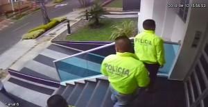 Los hombres con atuendo de policías que intentaron ingresar al edificio Azure. Cortesía.