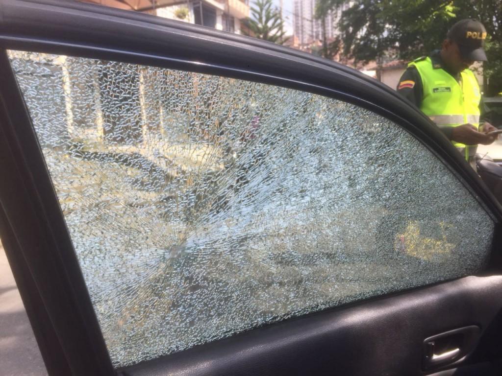 Así quedaron los vidrios del carro del concejal amenazado de Bello. Cuando hicieron el dato, no había nadie en su interior. Foto cortesía de Guardianes Antioquia.