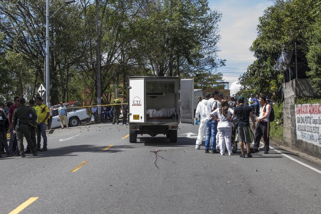 """En una vía de Manrique mataron a """"Deiby"""", presunto enlace de """"la Oficina de Laureles"""" con """"la Terraza"""" (sept 17/18).  Foto de Santiago Mesa."""