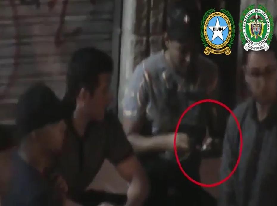 """El seguimiento a """"los Chaceros"""" incluyó videovigilancia, en la que se observa cómo vendían las drogas a los turistas y visitantes del parque Lleras. Foto cortesía de la Policía."""