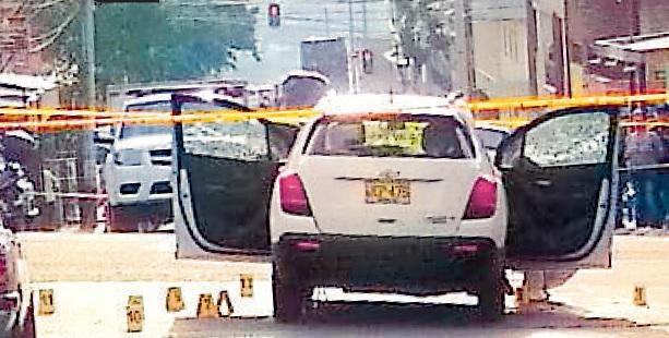 En este vehículo fue asesinado el expolicía, junto a su esposa, en el barrio Castilla de Medellín. Foto de cortesía.