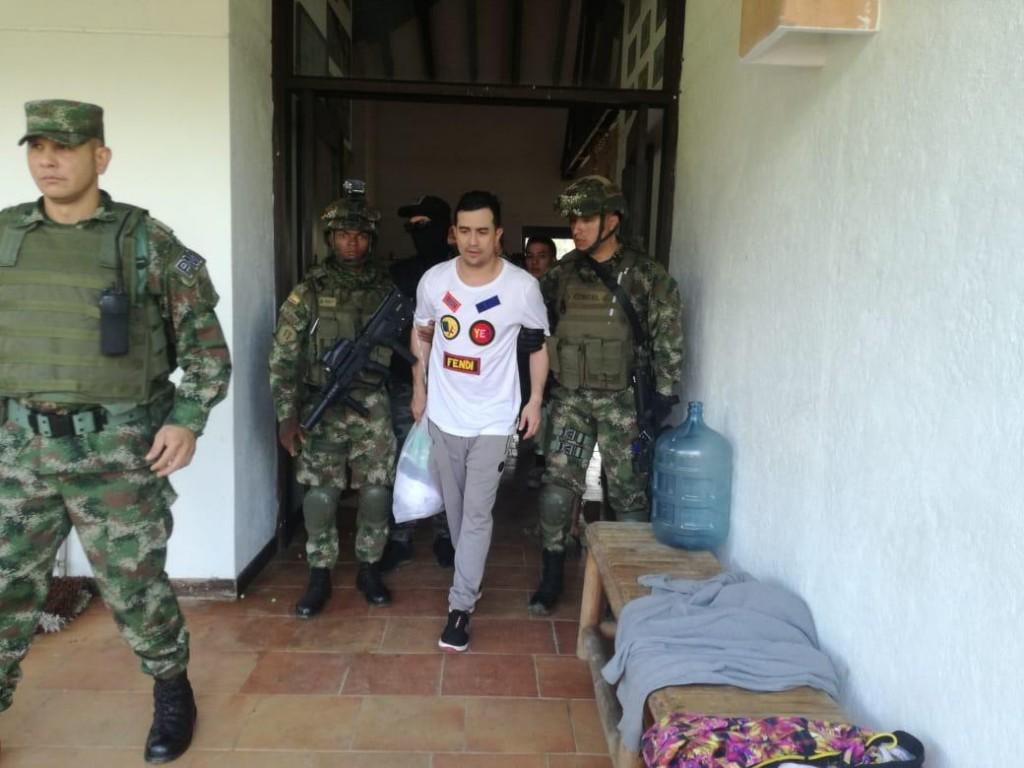"""""""Titi"""" fue capturado junto a una mujer y dos hombres, que portaban dos pistolas y un revólver. Foto cortesía del Ejército."""