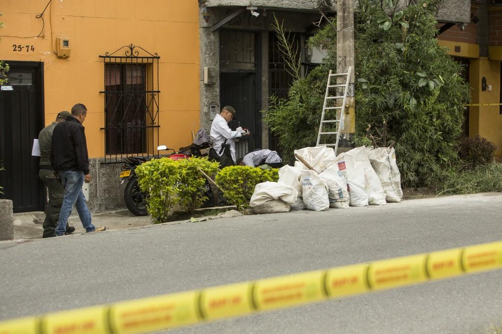 """En esta acera del barrio San Bernardo fueron abaleados """"Luis el Burro"""" y un ciudadano que podaba el árbol.  Foto de Camilo Suárez."""
