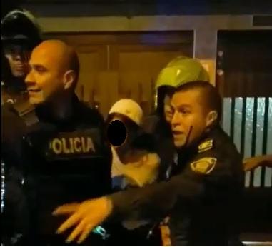 Este fue el momento en el que los policías aprehendieron al adolescente de 14 años, quien portaba un revólver. Imagen cortesía de Guardianes Antioquia.