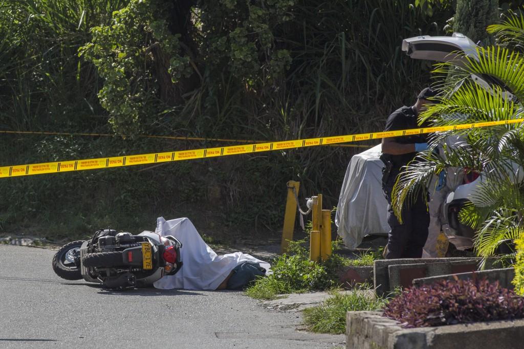 """Asesinato de un comerciante en la frontera de los barrios La Pradera y Juan XXIII, el pasado 11 de abril. La Policía le atribuyó la responsabilidad a """"la Agonía"""". Foto de Edwin Bustamante."""