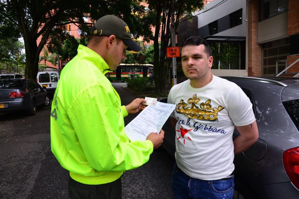 """Este fue el momento de la captura de alias """"Keiler"""", en el barrio Laureles de Medellín. Foto cortesía de la Policía."""