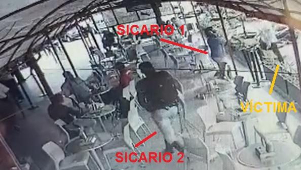 """Imagen extraída de un video de seguridad, en la que se observa a los homicidas y a su víctima, """"Luis el Paraco"""". Imagen de cortesía."""