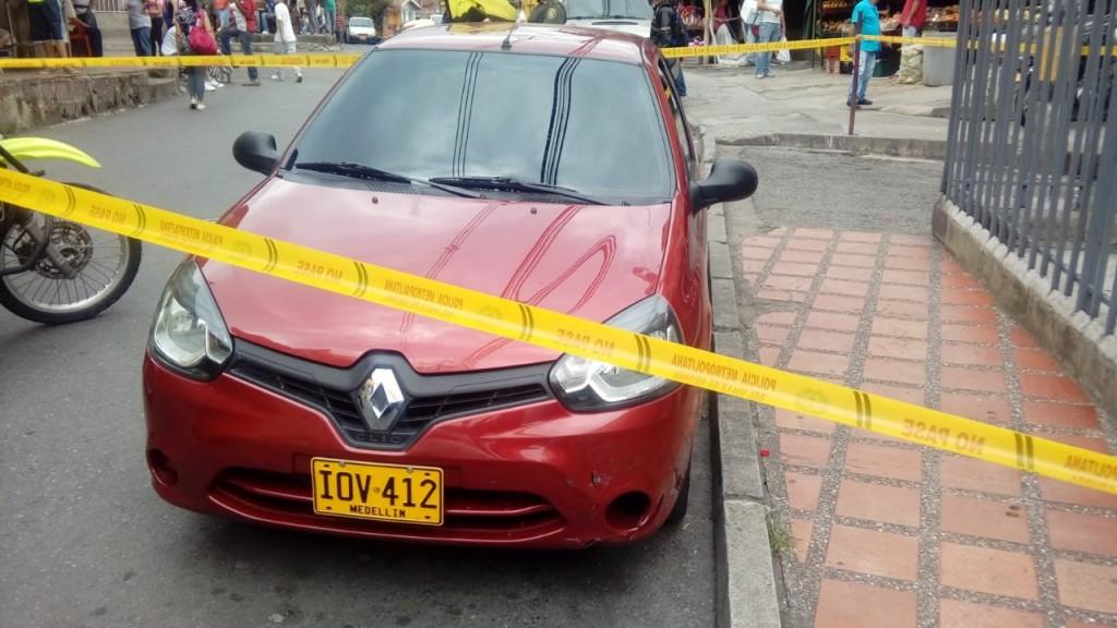En este automóvil se movilizaban los sospechosos de matar a dos personas en La Pradera. Cortesía de Guardianes Antioquia.