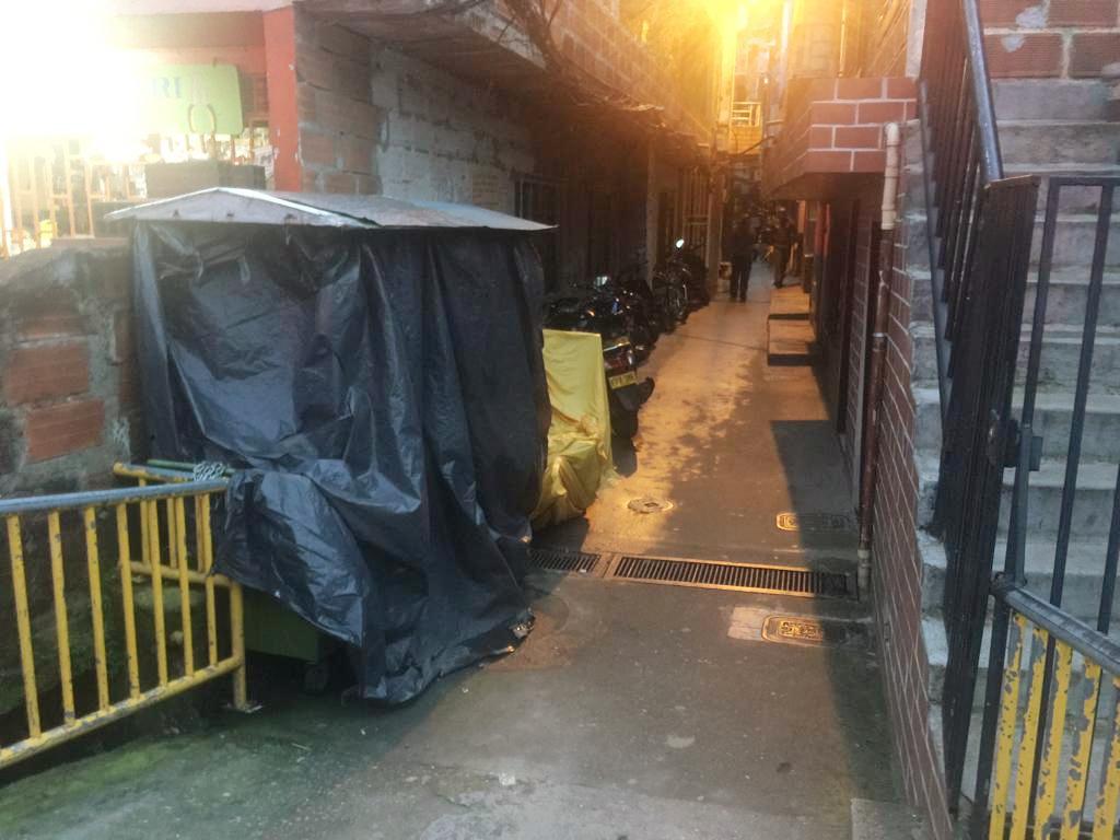 En una casa, al fondo de este callejón sin salida, se presentó el ataque armado que dejó tres muertos y un herido. Foto de cortesía.