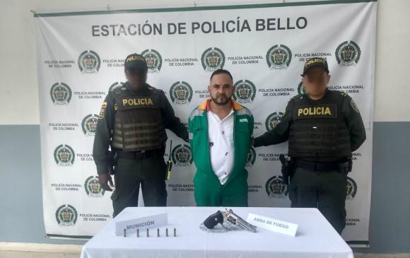 """Al momento de su captura, alias """"Agapo"""" vestía un traje de barrendero y portaba un revólver. Cortesía de la Policía."""