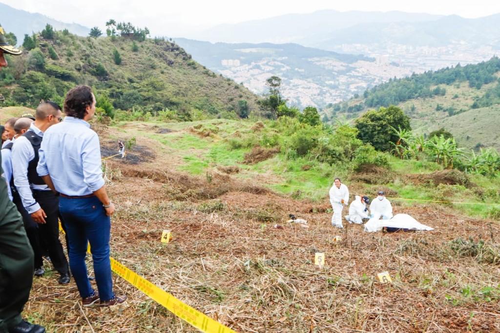El alcalde de Medellín, Federico Gutiérrez, asistió con la cúpula policial y militar al lugar de los hechos. Anunció que habrá pago de recompensa para el informante. Cortesía Alcaldía de Medellín.
