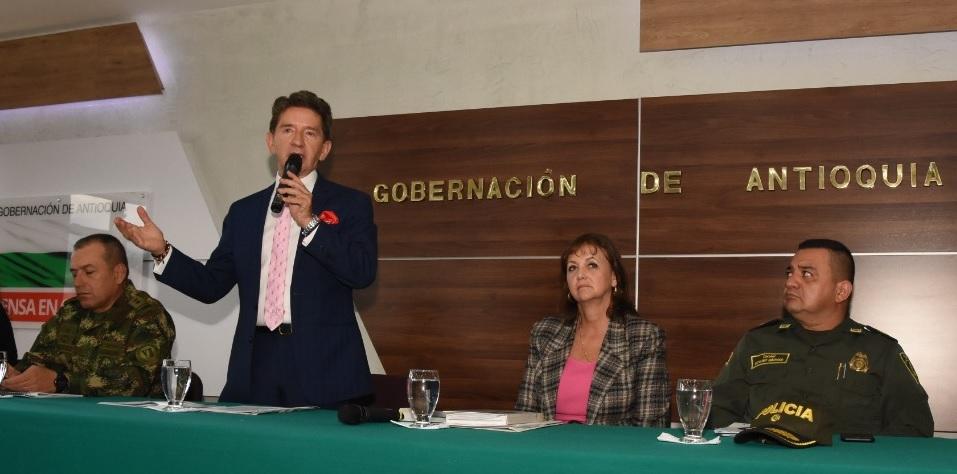 El gobernador Luis Pérez haciendo el anuncio, luego del consejo de seguridad en Bello. Foto cortesía de la Gobernación de Antioquia.