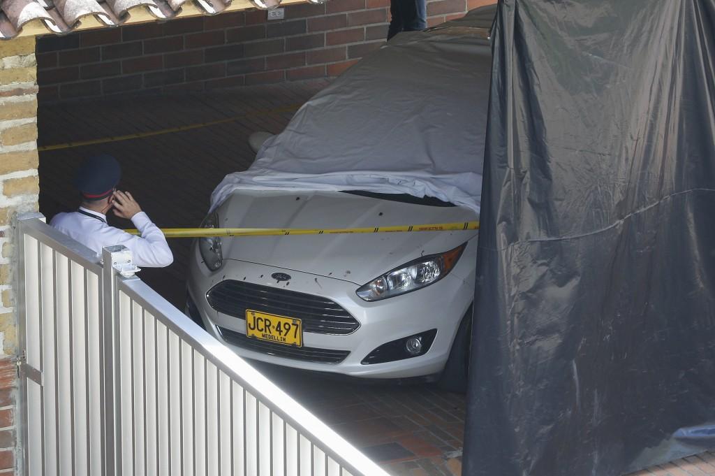 En este automóvil iba el comerciante asesinado en El Poblado el 10 de julio. Su acompañante logró conducirlo hasta la clínica. Foto de Manuel Saldarriaga.
