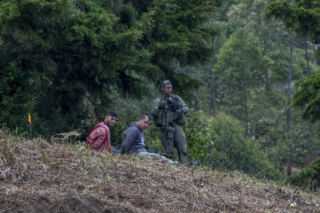 """Dos presuntos miembros de """"la Sierra"""" fueron detenidos en el sitio; uno más, que quedó herido, fue llevado al hospital. Foto de Santiago Mesa."""