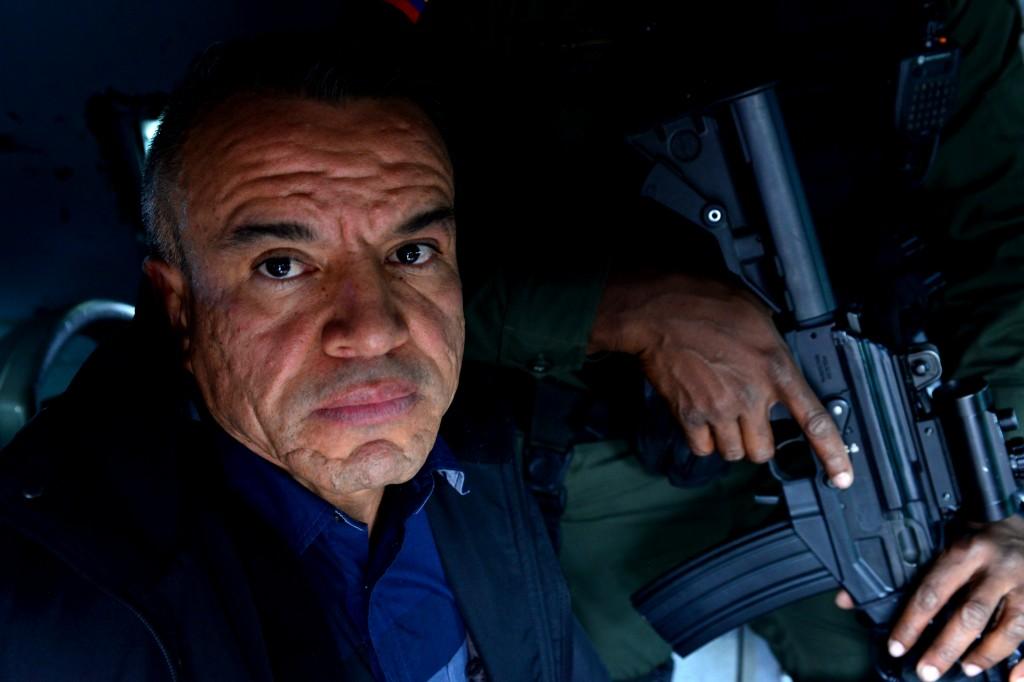 """Róbinson Carlos Villada, alias """"Guasón"""", fue trasladado en tanqueta después de su arribo al aeropuerto Enrique Olaya Herrera de Medellín. Foto cortesía de la Policía."""