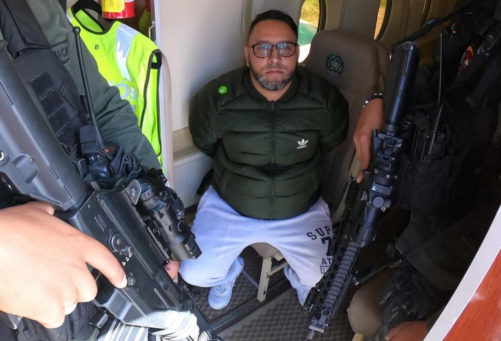 """Julián Isaza Puerta, alias """"Chucky"""", durante su traslado de Bogotá a Medellín. Foto cortesía de la Policía."""