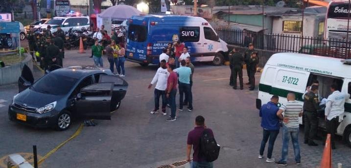 El automóvil en el que viajaban las víctimas quedó en el parqueadero de la EPS, en el barrio Córdoba de Medellín. Foto de Rodrigo Martínez.