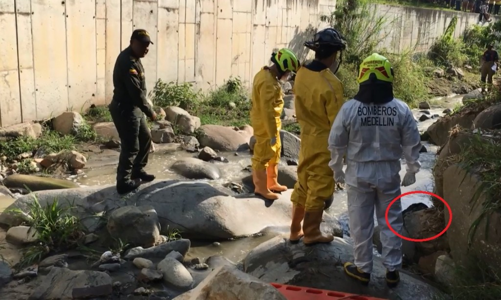 En la quebrada La Picacha quedó el cadáver del hombre que habría sido asesinado por la banda. Foto cortesía de la Policía.