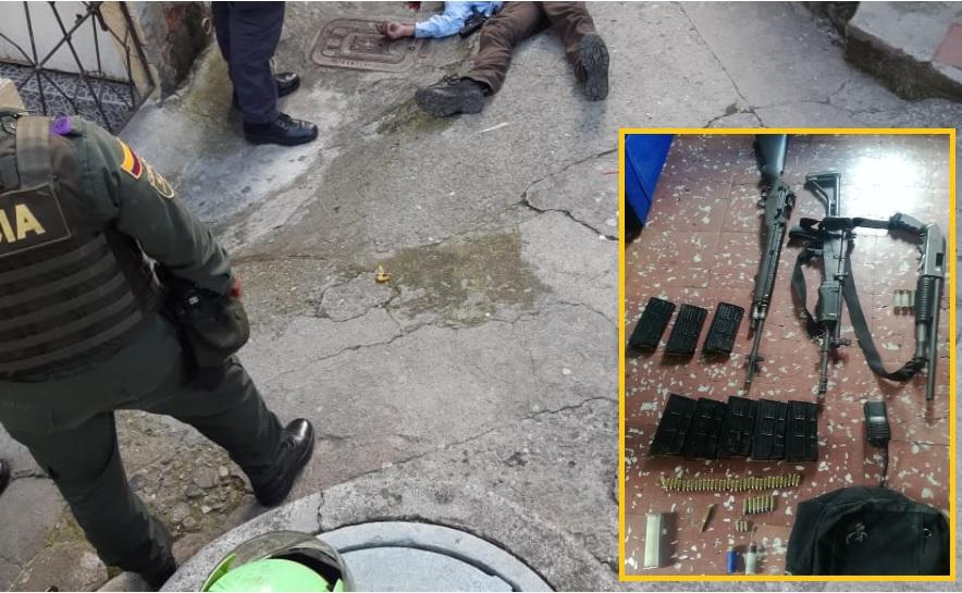 En este callejón murió el joven dado de baja por la Policía. En el recuadro se observan las armas y municiones incautadas en el operativo. Cortesía de la Policía.