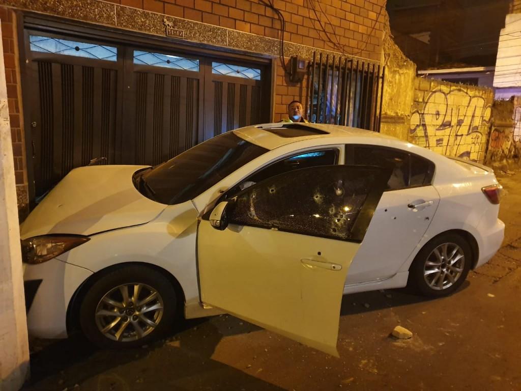 En este automóvil se transportaban las víctimas, cuando se produjo el ataque de los sicarios. Foto cortesía de Guardianes Antioquia.