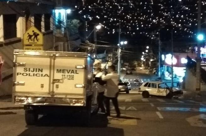 """Así fue la escena del crimen en el barrio Castilla, luego del asesinato de """"Millhouse"""" cuando iba en un automóvil blanco, el cual terminó estrellado contra un poste. FOTO: cortesía de Q'Hubo Medellín."""