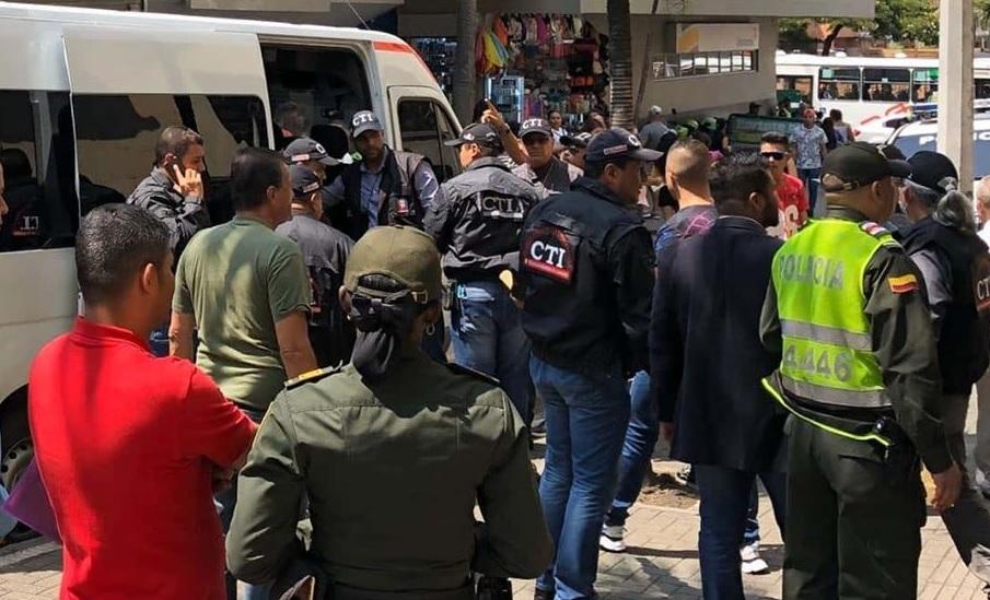 En estos microbuses de la Fiscalía fueron trasladados los policías capturados en el Comando de la Policía Metropolitana, en el Centro de Medellín. Foto: cortesía de Guardianes Antioquia.