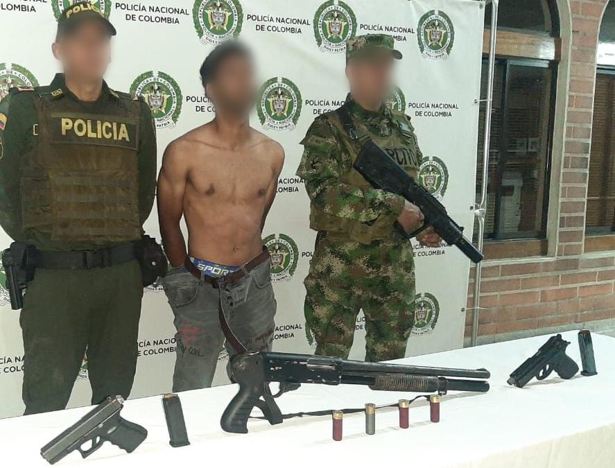 Las autoridades no revelaron, en principio, la identidad del sospechoso detenido con las armas después de la masacre. Foto cortesía de la Policía.
