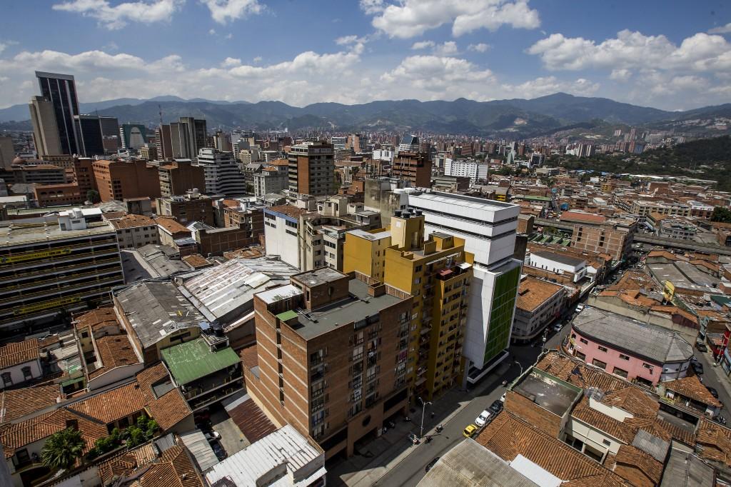 En el centro de Medellín, los barrios en los que confluye la influencia de varias bandas a la vez son: La Candelaria, Guayaquil, Colón y Villanueva. Foto de Julio César Herrera.
