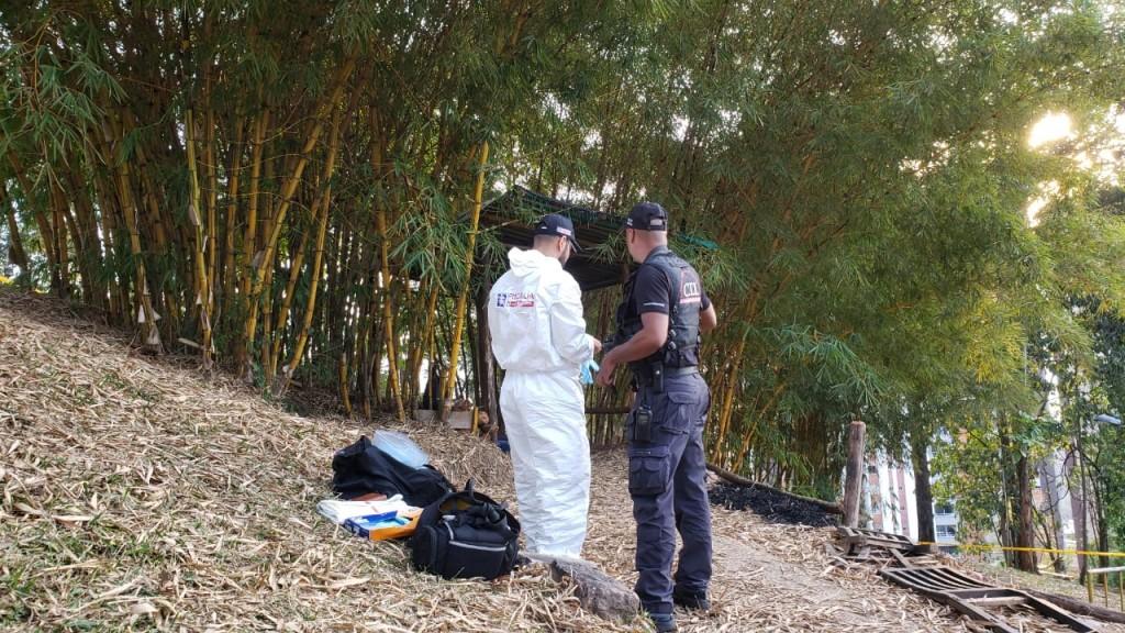 Técnicos del CTI de la Fiscalía realizaron la inspección judicial a la escena del crimen, en área boscosa de Loreto. Foto de Santiago Olivares Tobón.