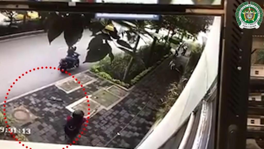 """Imagen de la cámara de vigilancia que captó el atraco en el Centro. En el círculo punteado aparece """"Momia""""; en la moto está su compinche, quien no ha sido detenido.  Foto cortesía de la Policía."""