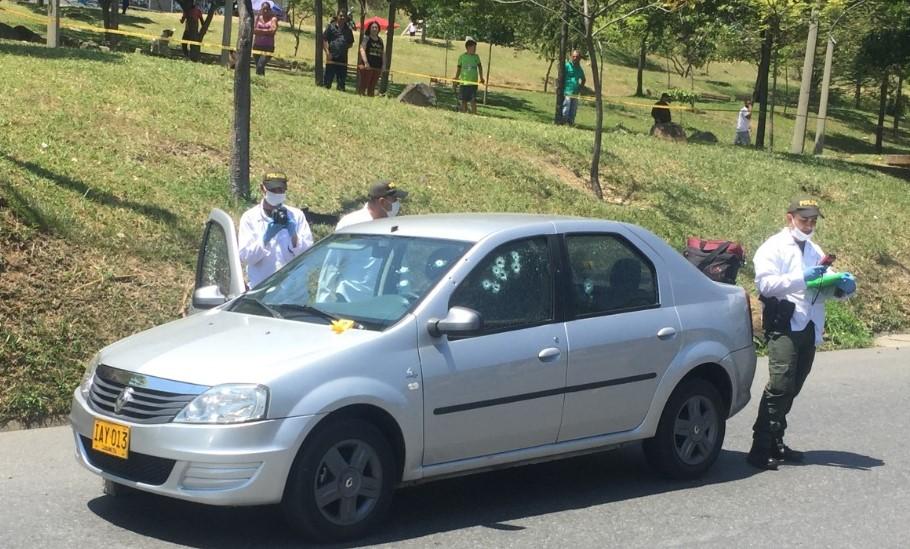 """La violencia en Bello también afecta a Copacabana y Medellín. En este carro iban """"Tetero"""" y """"Cachetes"""", dos miembros de """"Pachelly"""" asesinados en la Autopista Norte, a la altura de Castilla. Foto de Andrés Osorio."""