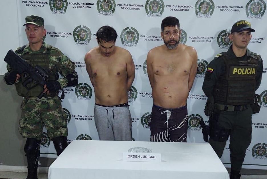 """A la izquierda, Jhon Paniagua (""""Jalea""""), y a su lado Gustavo Rúa (""""Faro""""). Foto cortesía de la Policía."""