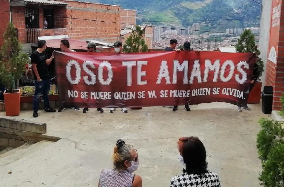 """Pese a la cuarentena, una multitud recorrió las calles de Niquía el 7 de abril, en marcha fúnebre por la muerte de """"el Oso"""". Cortesía."""