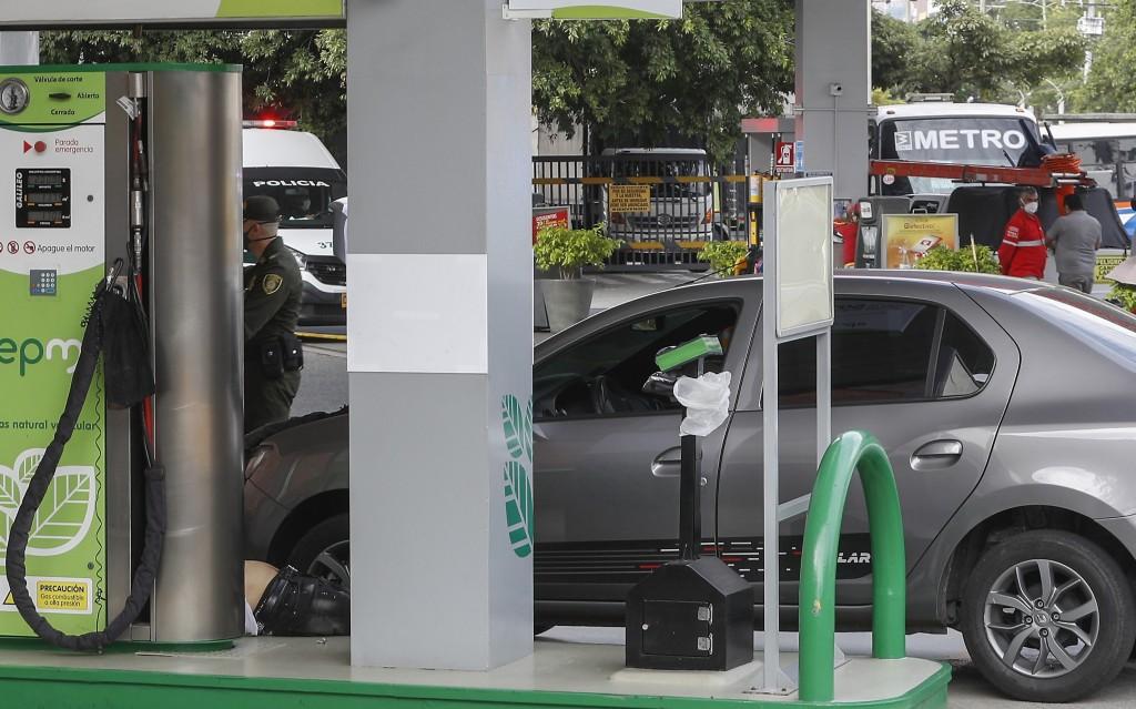 """En esta estación de gasolina de Sabaneta murió el exparamilitar alias """"Carro Viejo"""", en un ataque de sicarios. Foto de Manuel Saldarriaga."""