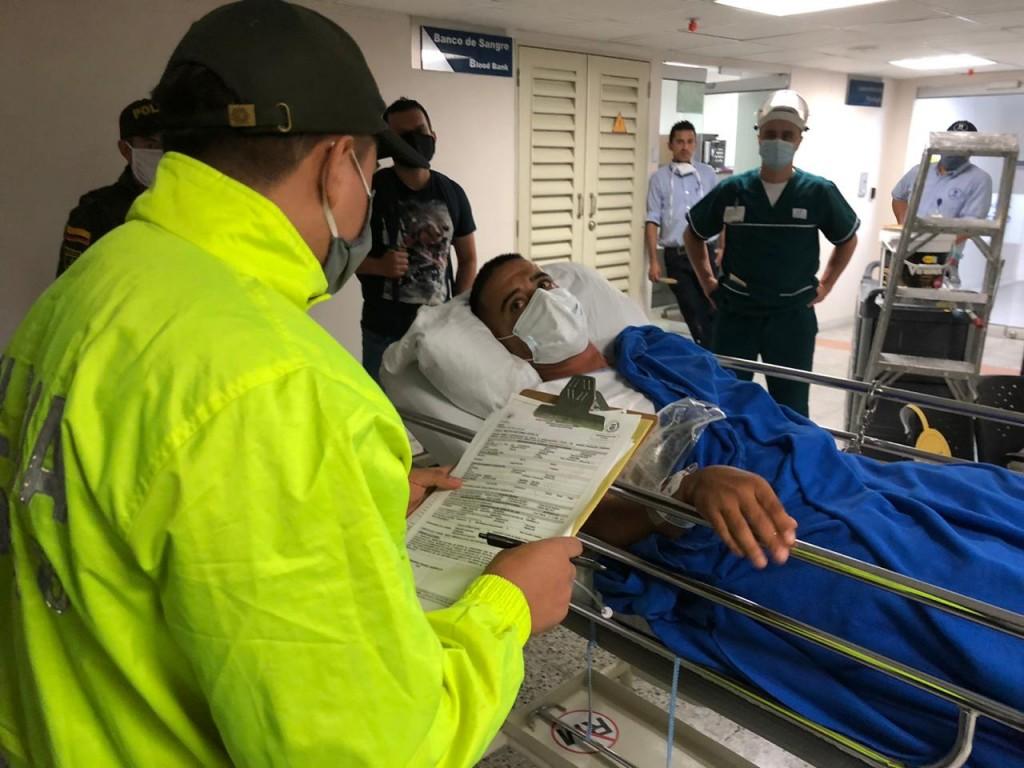 """A alias """"Julito"""" le leyeron sus derechos como capturado en la camilla del hospital. Foto cortesía de la Policía."""