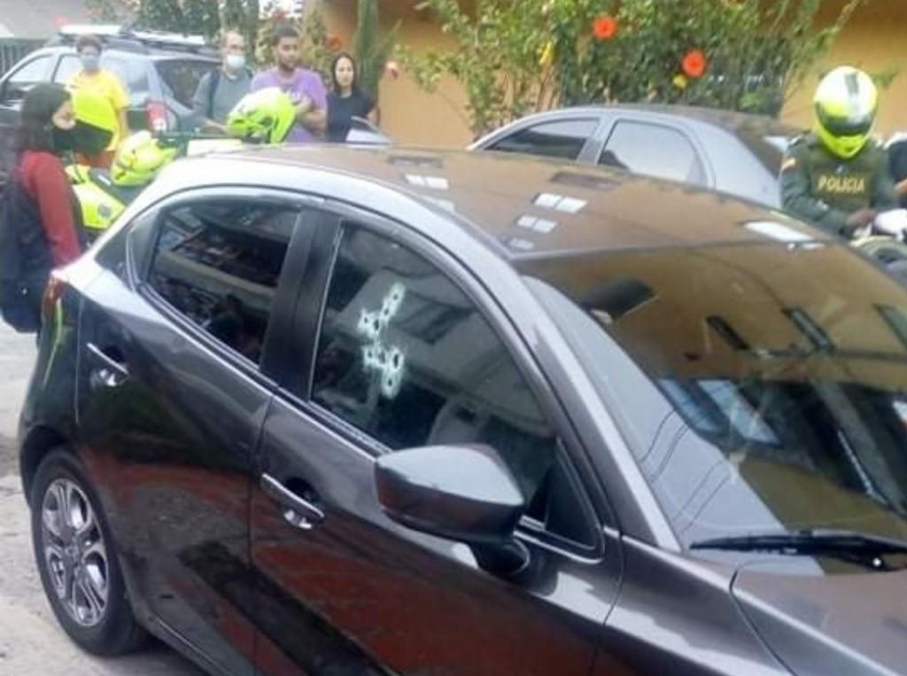 En este automóvil viajaban las víctimas. El asesino disparó primero a través de la ventanilla del copiloto. Foto cortesía de Guardianes Antioquia.