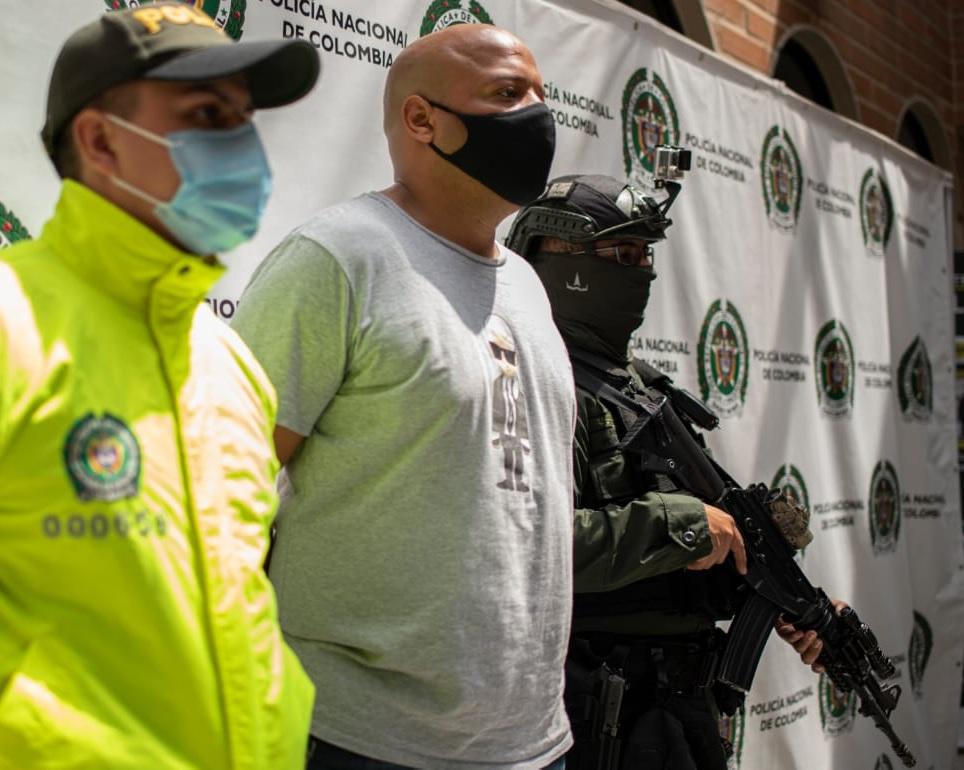 """Así fue presentado """"Mocho Vives"""" por las autoridades, tras su captura en un apartamento de Las Palmas. Foto cortesía de la Policía."""