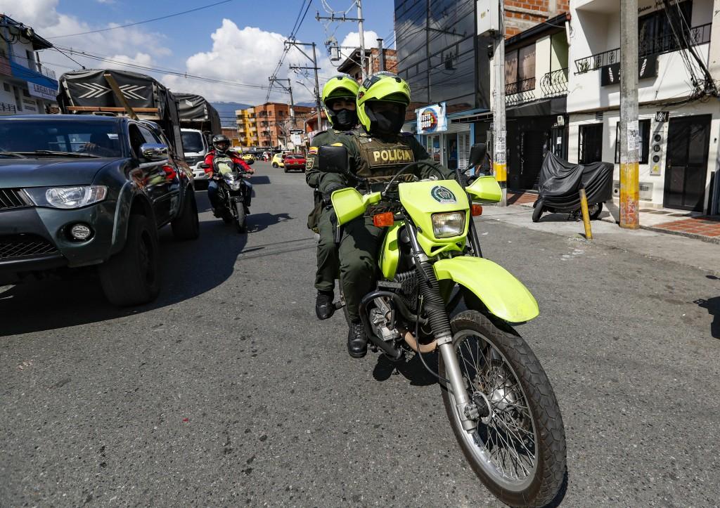 A pesar de la vigilancia policial, el tráfico de drogas en Barrio Antioquia campea de día y de noche. Foto de Manuel Saldarriaga.
