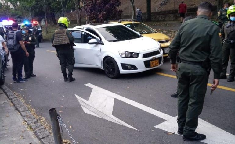 """En este automóvil viajaban los hombres acribillados, presuntamente, por sicarios de """"los Mondongueros"""" en el barrio Altamira de Medellín. Foto de cortesía."""