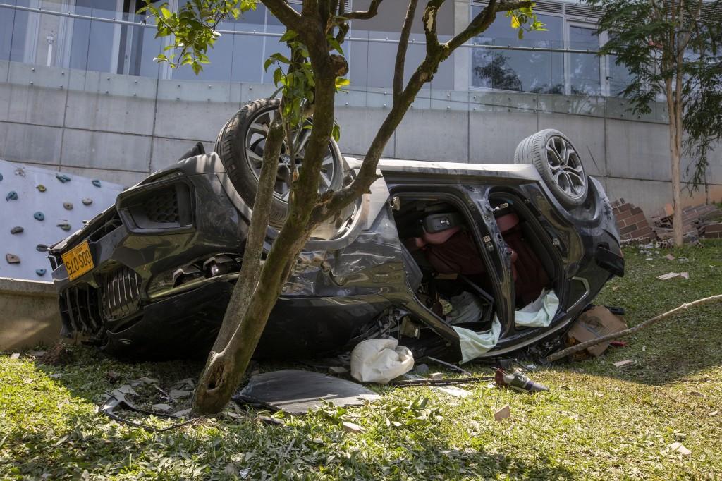 En este vehículo se movilizaban las personas investigadas. Tras caer desde los parqueaderos del quinto piso, uno de los ocupantes falleció. Foto de Edwin Bustamante.