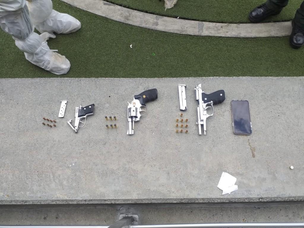 Estas son las tres armas de fuego que, según la Policía, fueron encontradas en la caleta de la camioneta BMW. Foto cortesía de la Policía.