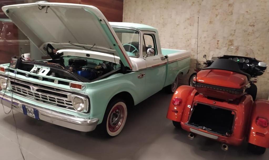 La colección también incluye vehículos antiguos, entre camionetas y camperos. Cortesía.