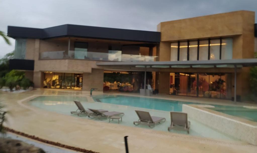 La propiedad de Valencia en Llanogrande incluye una casa de 9.000 m2 y una cancha de fútbol de grama sintética. Cortesía.