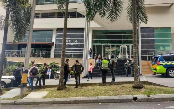 Este es el edificio Forum de El Poblado, donde realizaron un asalto mediante un falso allanamiento. Foto de Jéssica Cano.
